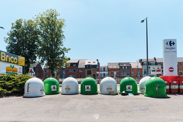 De glasbollen  aan de Albertvest in Tienen zijn een ware 'hot spot' voor sluikstorters. De stad wil ze binnenkort laten vervangen door ondergrondse containers.