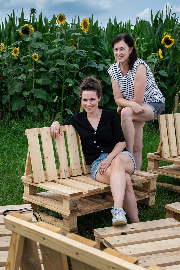 Van pallets hebben ze zelf zitbanken gemaakt.