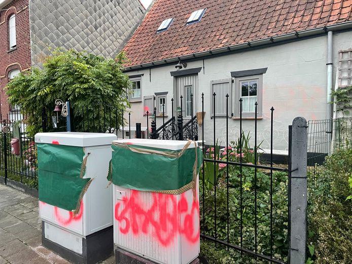 MARKE: de gevel van de woning en de elektriciteitscabines er voor kregen graffiti opgespoten.