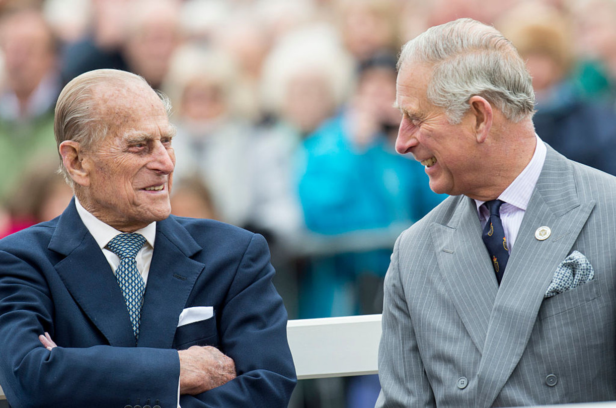 POUNDBURY, ENGLAND - OCTOBER 27:  Prince Philip, Duke of Edinburgh and Prince Charles, Prince of Wales attend the unveiling of a statue of Queen Elizabeth The Queen Mother during a visit to Poundbury on October 27, 2016 in Poundbury, Dorset.  (Photo by Mark Cuthbert/UK Press via Getty Images) Beeld UK Press via Getty Images