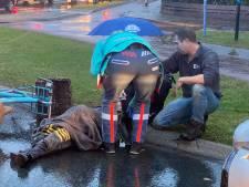 Meisje op de fiets gewond in regenbui: geschept door auto in Ermelo