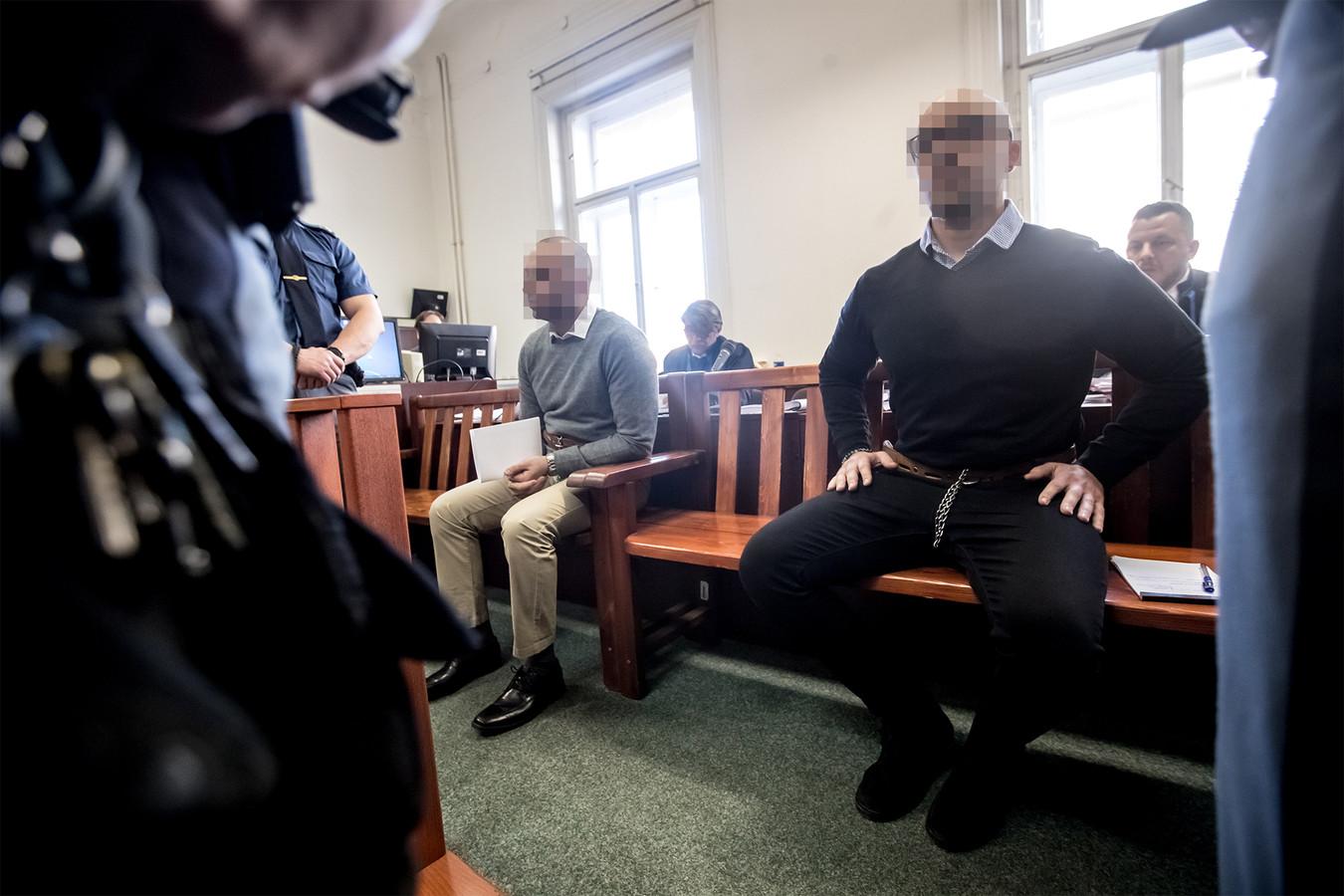 Armin (rechts) en zijn broer Arash voor aanvang van het proces in Praag.