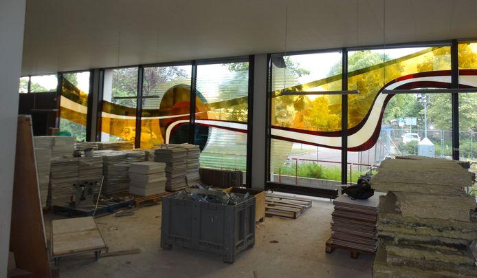 Terwijl er in het stadskantoor volop gewerkt wordt, hangt het glaskunstwerk van Alexander Weiss nog steeds op z'n oude plek.