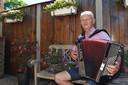 Wiel van Loosbroek is al jarenlang muzikant met zijn accordeon.