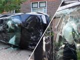 Auto eindigt op zijkant na botsing met paal