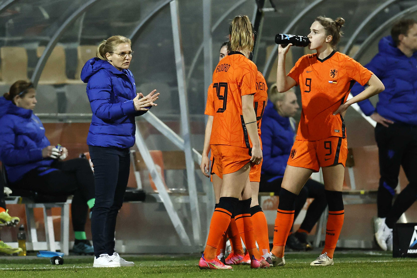 Sarine Wiegman geeft aanwijzingen tijdens de oefenwedstrijd tegen Duitsland in februari.