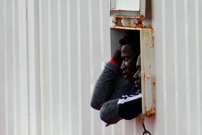 Een migrant aan boord van het schip Ocean Viking.