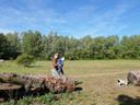 Karen Linnenbank en haar zoontje Troy (2) gaan regelmatig met hondje Spiky wandelen in de natuur bij Achter de Hoeven. ',Het zou jammer zijn als de natuur hier moet wijken voor huizen'', zegt Linnenbank.