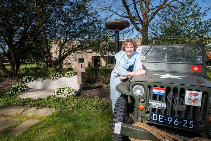 Ine Pennink met de Jeep van haar vader Jan bij het oorlogsmonument in Beekbergen. ,,Het herdenken van de oorlog is me met de paplepel ingegoten.''
