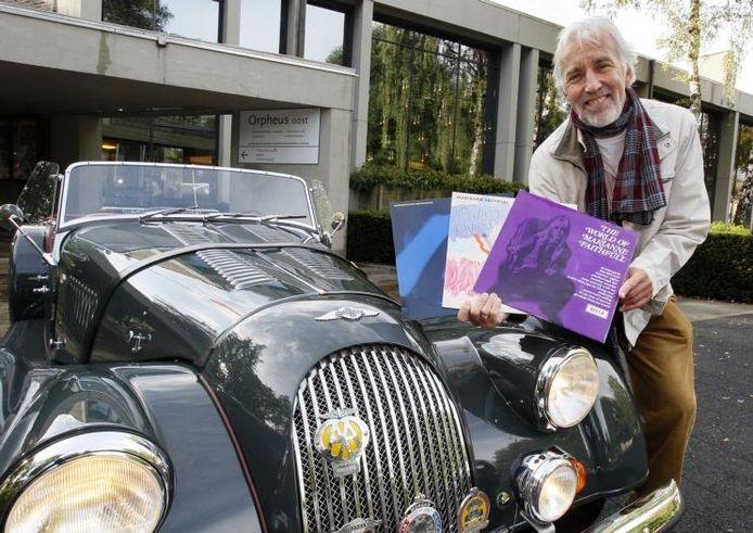 Apeldoorner Hans de Vrieze wachtte gistermiddag tevergeefs op Marianne Faithfull die hij door Apeldoorn wilde rijden. foto Cees Baars