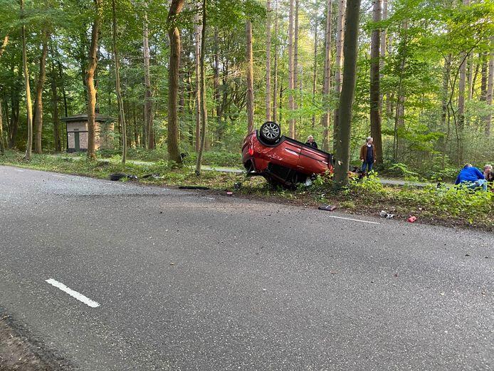 Links van het midden is de losgekomen band van de auto bij het ongeval in Putten te zien.