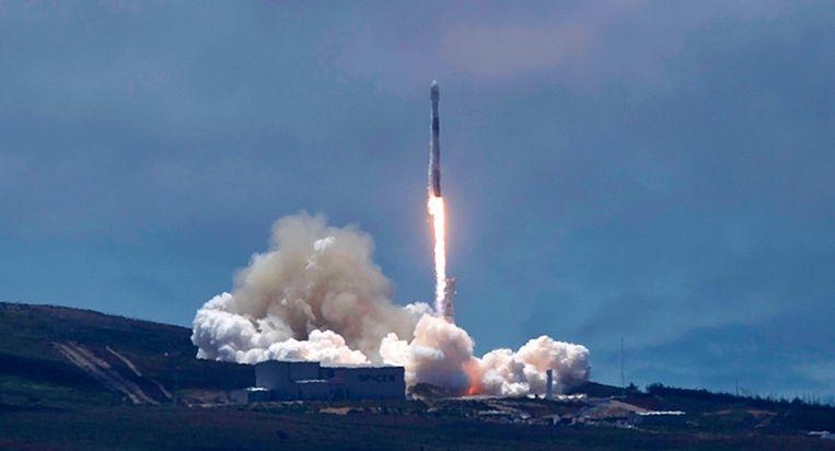 Een SpaceX Falcon-9 raket die twee Duits-Amerikaanse satellieten draagt, wordt afgeschoten van de Vandenberg luchtmachtbasis in centraal Californië. De satellieten moeten onder meer veranderingen in de zeespiegel waarnemen. Beeld AP