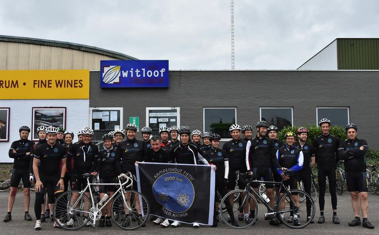 De moedigen aan de start van de fietstocht. Burgemeester Kris Leaerts fietste ook mee.