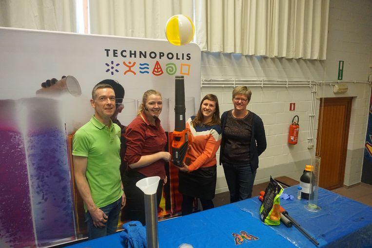 Schepen Natacha Waldmann (Groen, tweede van rechts) nam even de proef op de som.