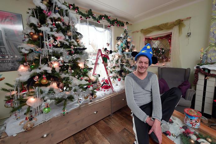 John Weeda uit Klundert versierde vorig jaar zijn huis al vóór pakjesavond. Helemaal in Disney-stijl.