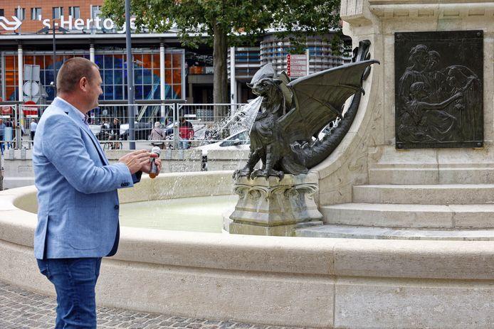 Wethouder Roy Geers liet woensdagmiddag de draakjes water spuiten op het Stationsplein. Daarna was het een poosje droog.
