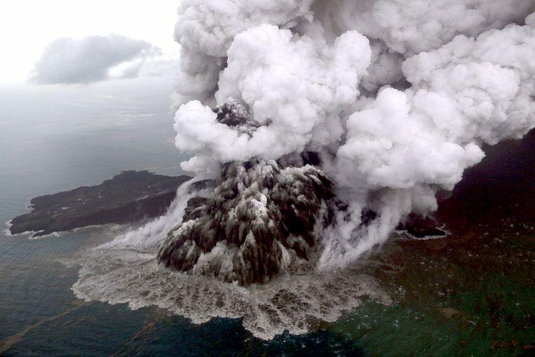 Op 23 december brak een stuk van 64 hectare van de eilandvulkaan af, 90 voetbalvelden in één keer, die het water van de zee opstuwden tot een vloedgolf die met grote snelheid over de stranden denderde. Beeld EPA