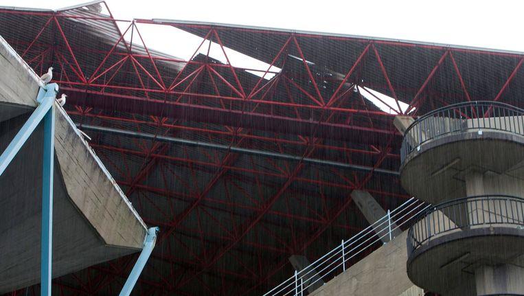 Het dak van het Balaidos Stadion is beschadigd door het stormweer. Beeld EPA