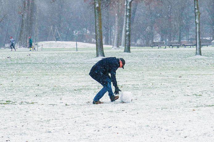 Sneeuw betekent ook sneeuwpoppen maken. Deze aan de Kralingse Plas in Rotterdam vordert in ieder geval al gestaag.