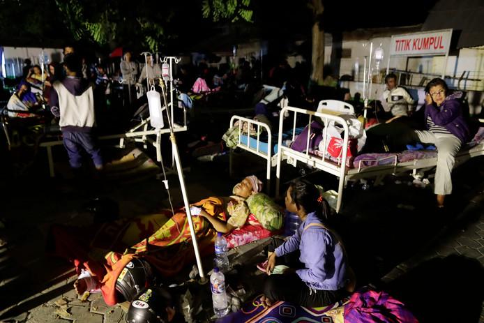Slachtoffers van de tsunami worden buiten verzorgd.