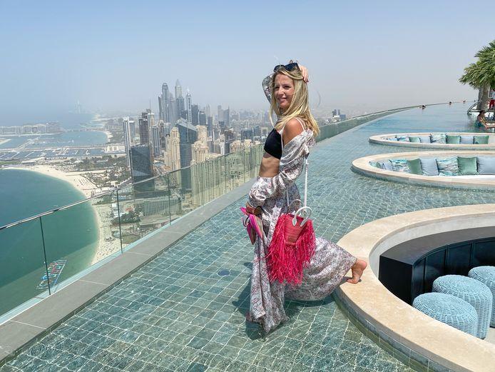 Freya poseert op het hoogste infinty pool op een gebouw ter wereld; vanop bijna 300 meter zijn de uitzichten hier adembenemend.