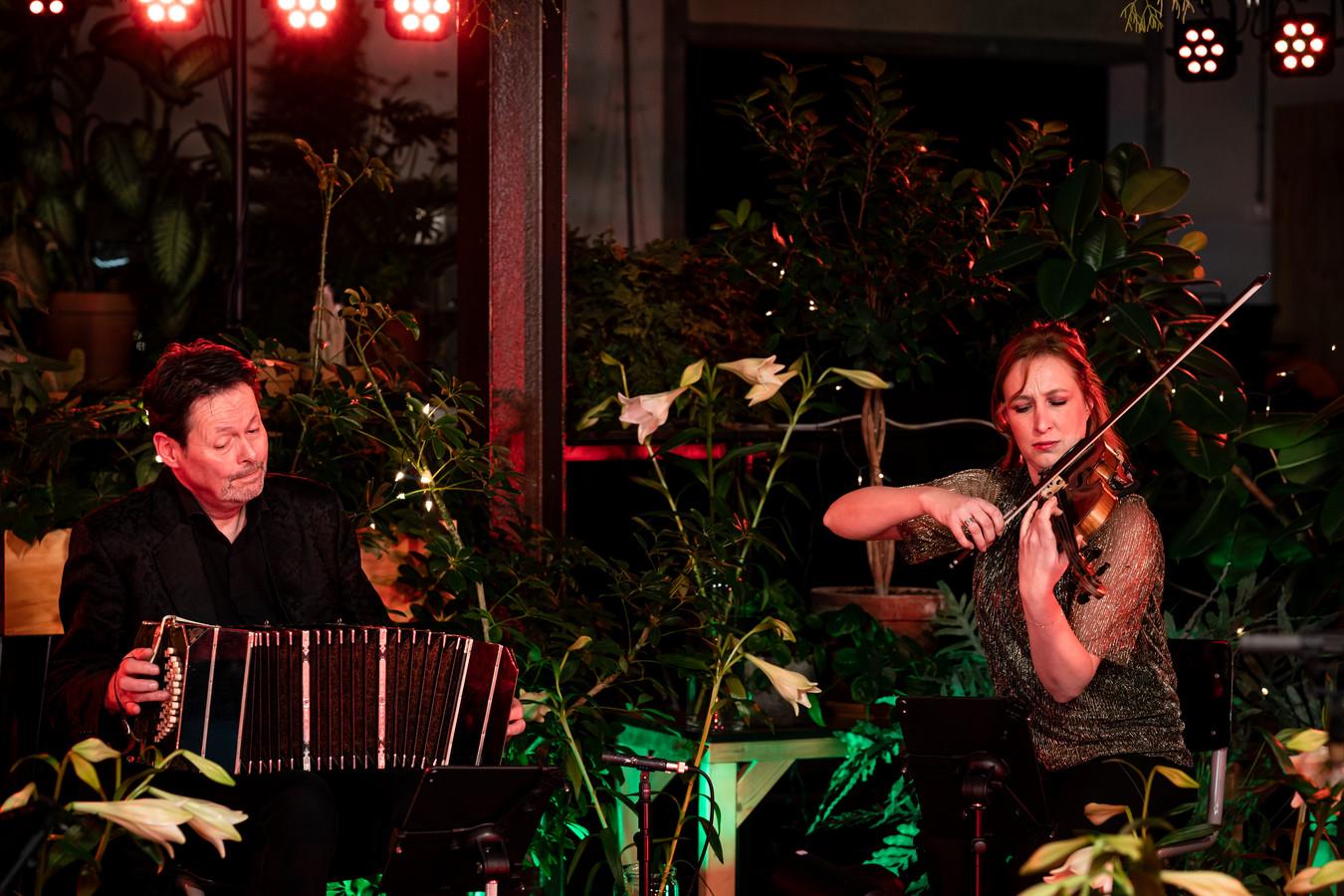 Bandonéonist Carel Kraayenhof treedt samen met het Matangi Quartet op in een online Play-it-forward-kerstconcert. Rechts violiste Maria-Paula Majoor.