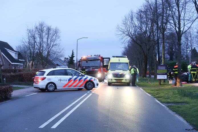 Frontale botsing tussen twee auto's op de Grauwe Polder in Etten-Leur.