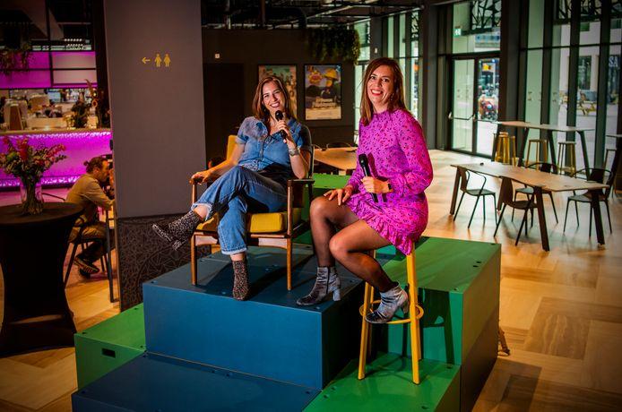 Nanda (links) en Femke Akkerman maken een podcast in Rotterdam over de strubbelingen als ondernemer. Theater Zuidplein als toekomstige locatie? Wie weet.