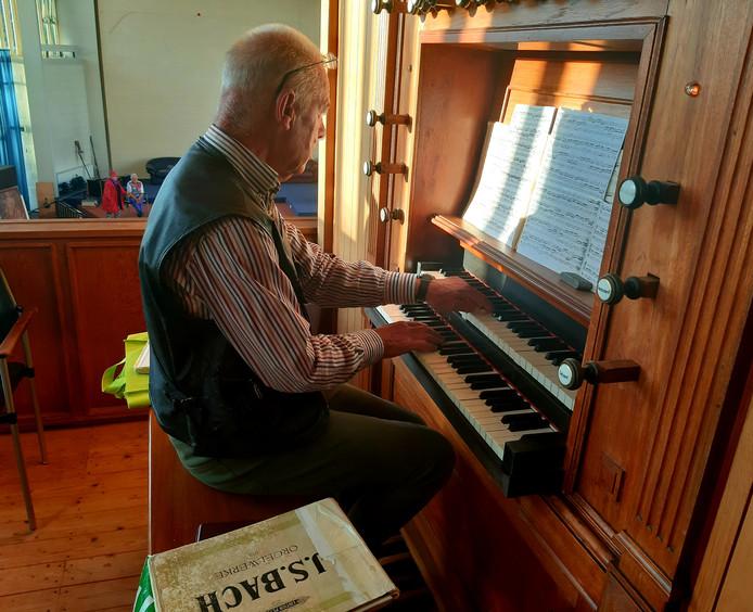 Organist Chris Stronks onthaalt de lopers op muziek van het orgel uit 1904 dat straks verhuist naar de Alblasserwaard.