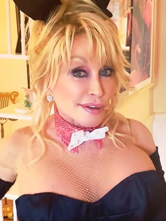 Dolly Parton in de video.