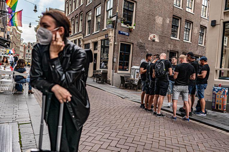 De toeristen uit binnen- en buitenland zijn terug op de Zeedijk in Amsterdam. Beeld Joris van Gennip