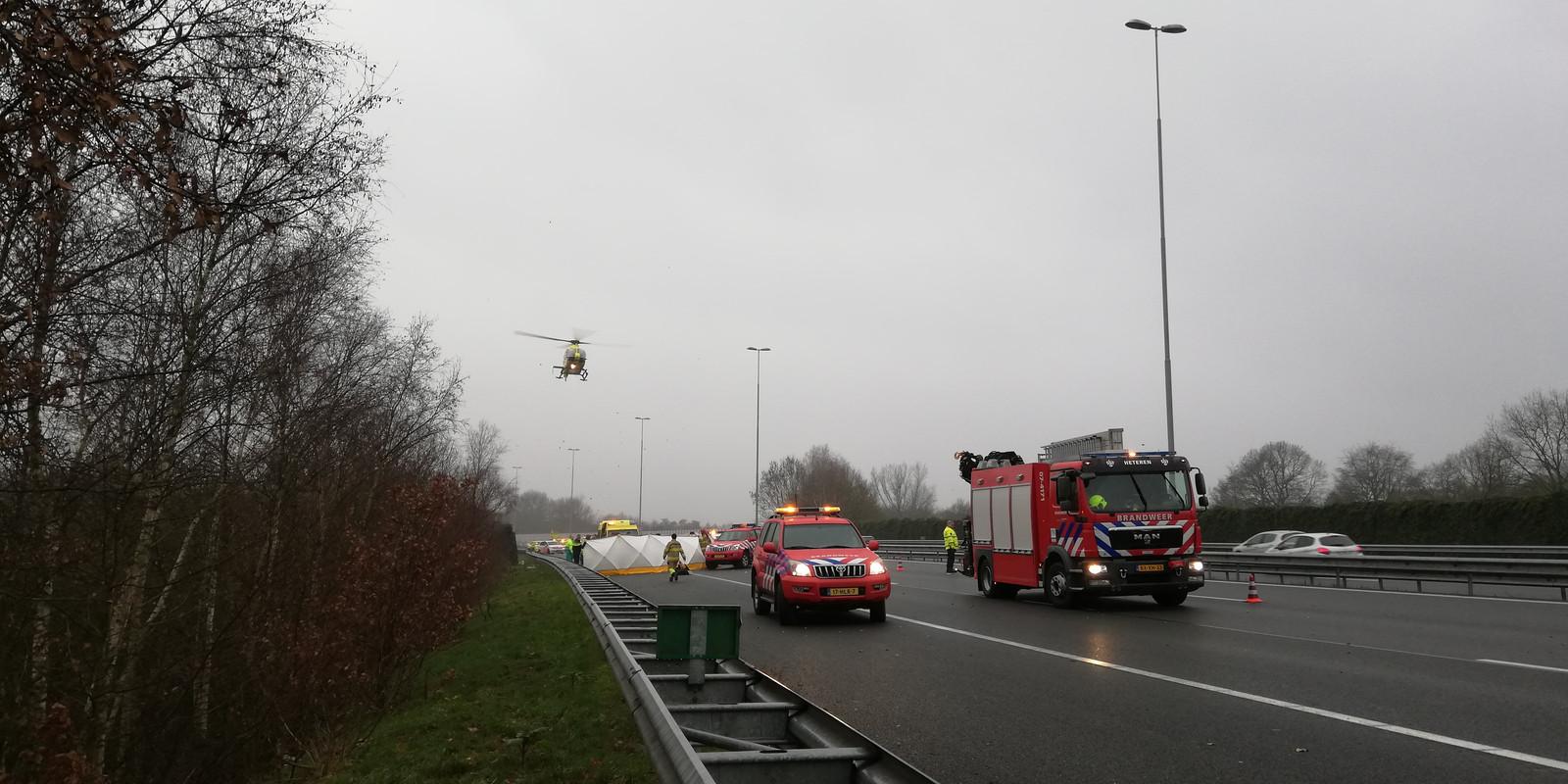 De politiehelikopter boven de A50 bij Heelsum.