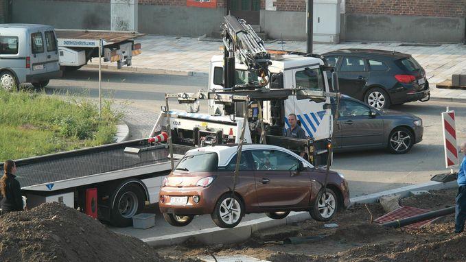 Automobiliste mist rotonde en knalt tegen verlichtingspaal
