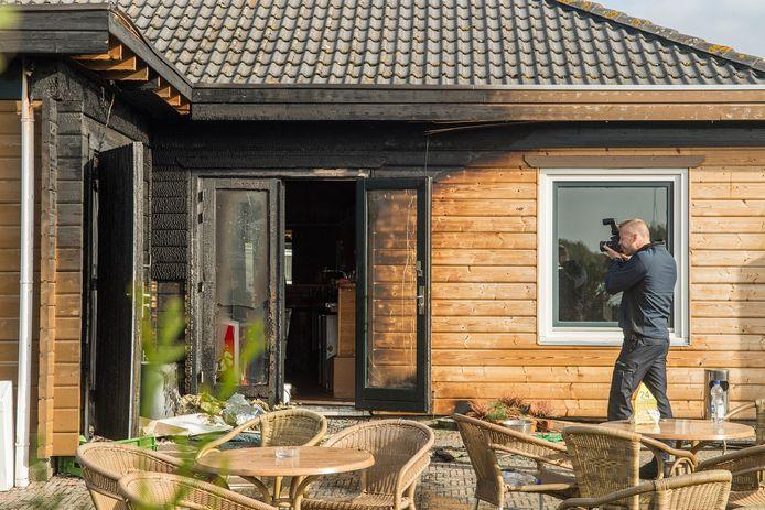 Een rechercheur neemt de schade op na de brand bij de Skipiste in Nieuwegein.