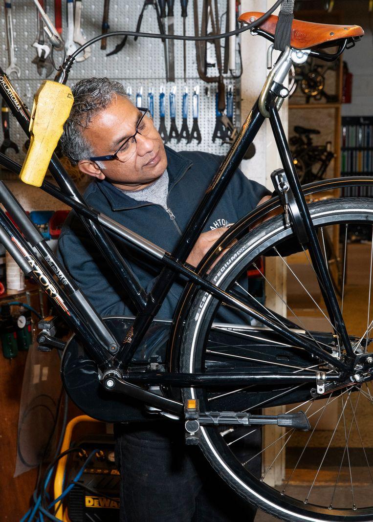 Rathu Ekanayaka van fietsenmakerij Rahtour. Beeld Lin Woldendorp