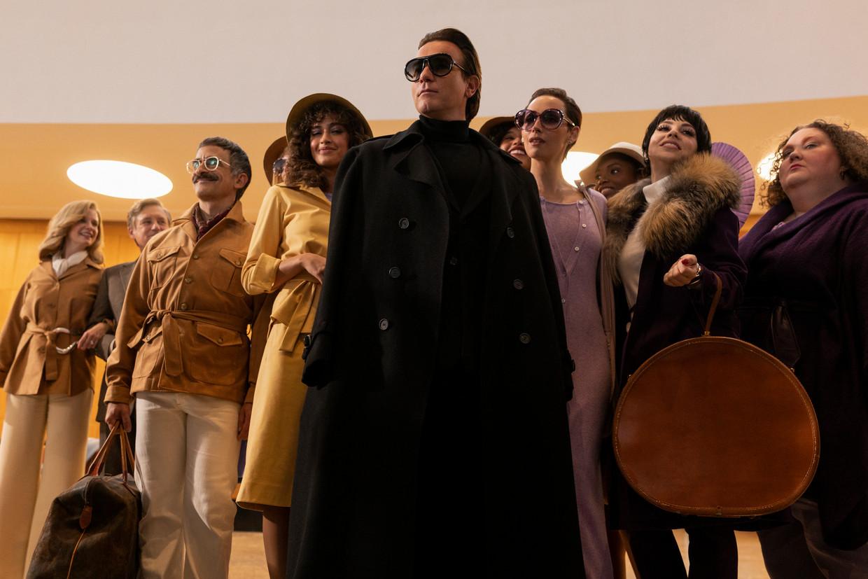Ewan McGregor (zwarte jas) als Roy Halston Frowick in de Netflix-serie Halston. Beeld
