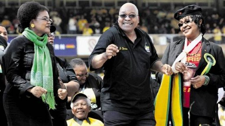 Zuid-Afrika's ex-president Nelson Mandela op een ANC-bijeenkomst gisteren. Zittend kijkt hij hoe Winnie Mandela (r) en Jacob Zuma dansen. ( FOTO AFP) Beeld