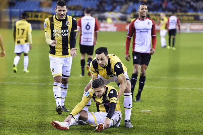 Bryan Linssen treurt om zijn gemiste strafschop tegen FC Emmen. Thomas Bruns, intussen verhuurd aan FC Groningen, probeert de aanvoerder op te peppen.