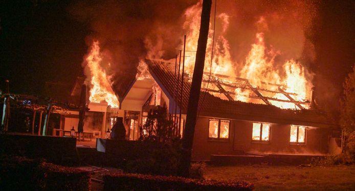 Een brand heeft het clubgebouw van een voormalige golfclub in Voorthuizen verwoest.
