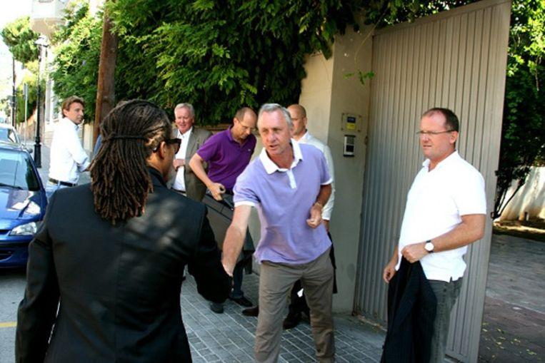 Medebestuursleden van Ajax op bezoek bij Cruijff in Barcelona. © EDWIN WINKELS Beeld