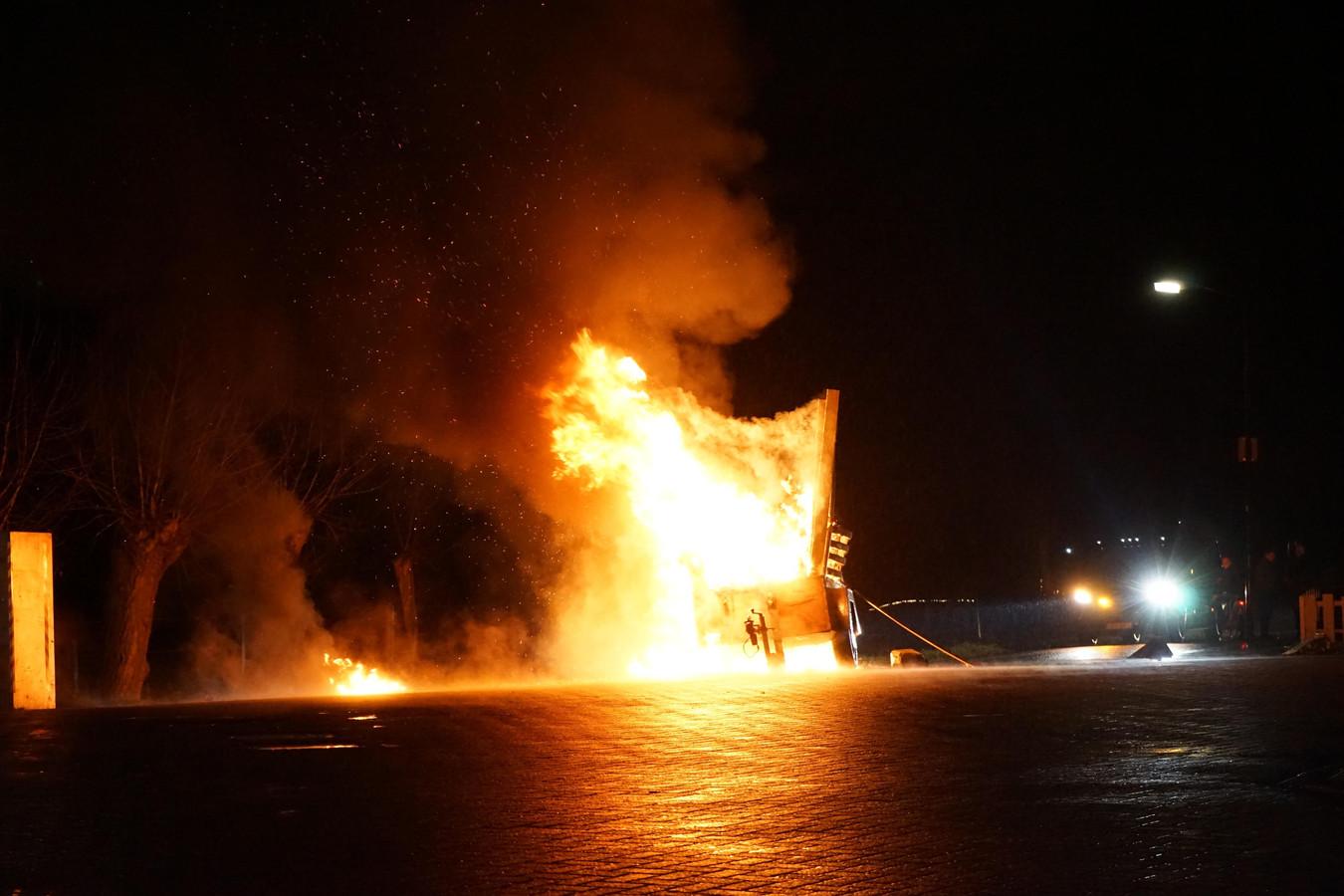 De brandende aanhanger aan de Friesesteeg in Achterberg.