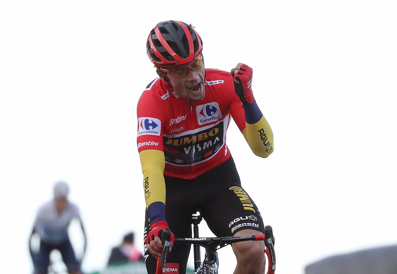 Primoz Roglic juicht, want hij wint voor het tweede jaar op rij de Vuelta.