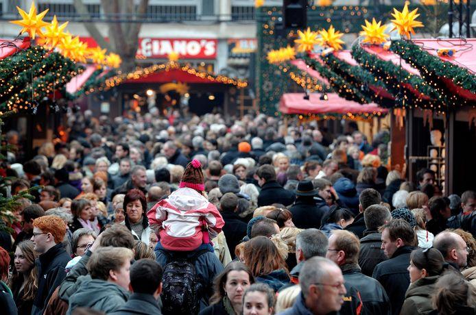 Archieffoto van een kerstmarkt in Keulen, aan de voet van de Dom. De kerstmarkten in Duitsland zijn erg populair onder Nederlanders.