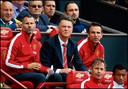 Louis van Gaal op de bank bij Manchester United.