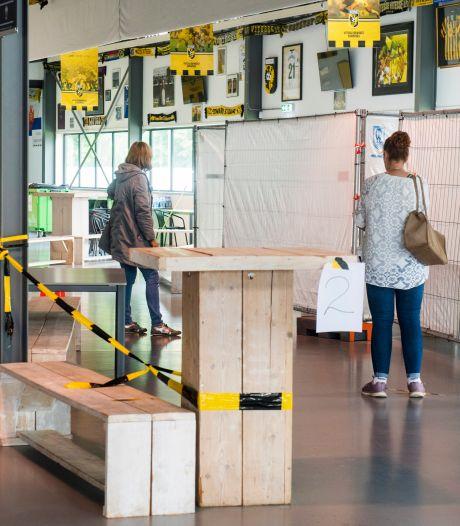 Vitesse-fans nemen home weer over van GGD; fans die biertje drinken niet te combineren met coronatesten