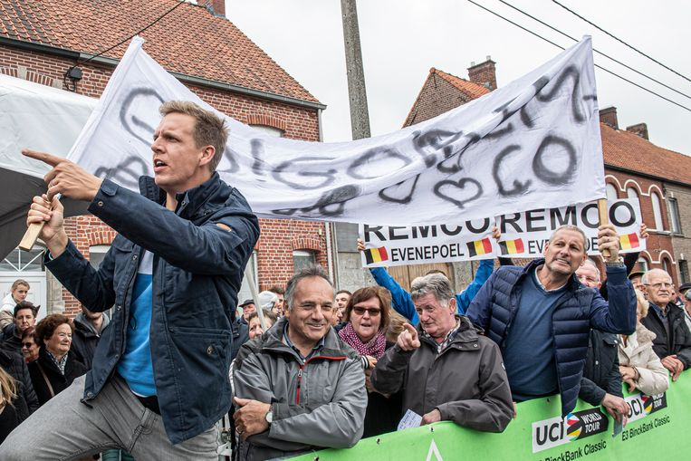 Gert Verhulst en James Cook moedigen Remco Evenepoel aan.