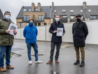 """Bewoners overhandigen petitie tegen parkeerdruk Kier aan schepenen: """"Voorstel voor meer parkeerruimte, fietspad en hondenweide"""""""