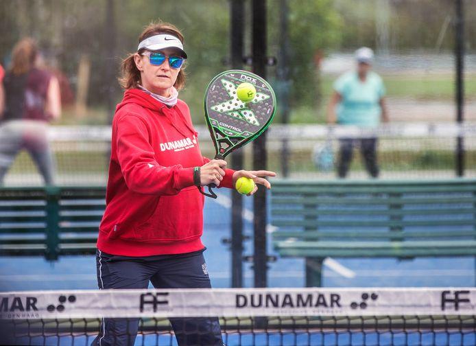 Padel is een combinatie van tennis en squash.
