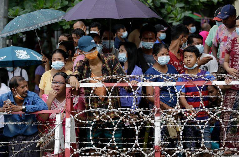 Familieleden van gedetineerden wachten in Yangdon op de vrijlating van hun naasten. Beeld EPA