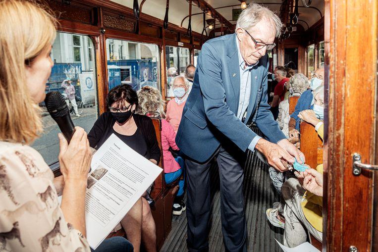 Conducteur Hans van de Meij knipt kaartjes in de historische tram, die donderdag en vrijdag een tour door Amsterdam maakte.  Beeld Jakob van Vliet